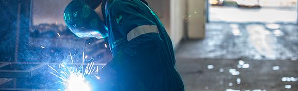 Schweißer in einem SSAB Servicecenter bearbeitet ein Stahlblech