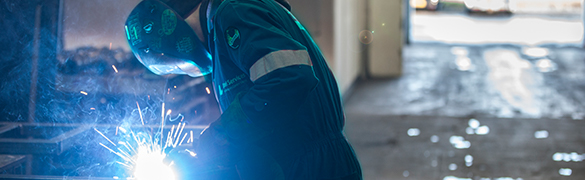 SSAB Servis Merkezi kaynakçısı çelik plakayı işliyor