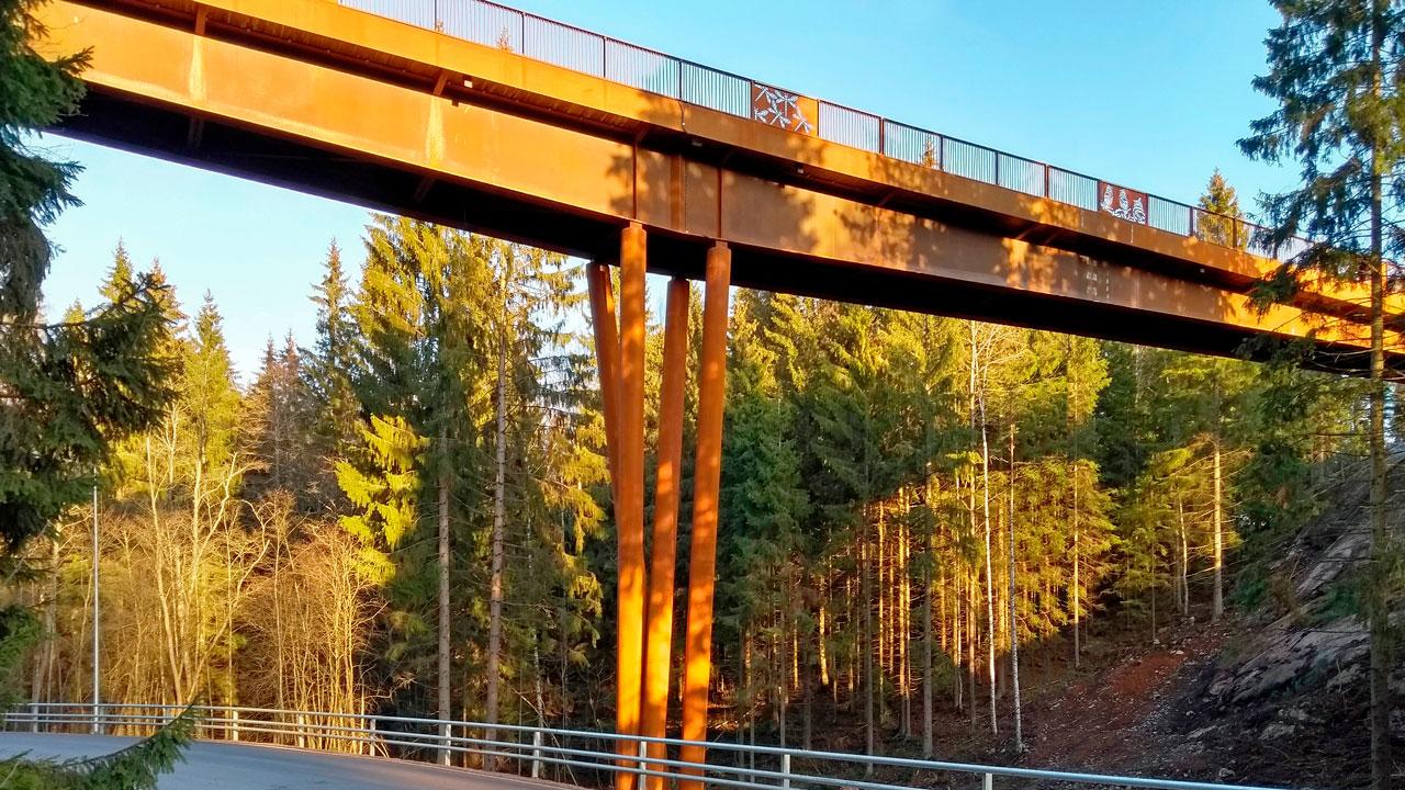 Ponte Kuusijärvi progettato con dettagli intagliati nella ringhiera