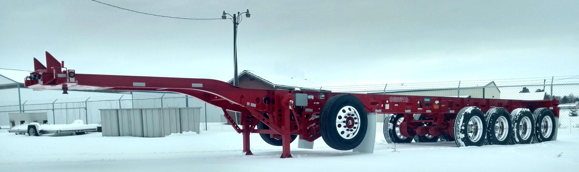 눈 덮인 대지에 세워져 있는 Strenx® 100 강재로 제작된 장축 경량형 트레일러 섀시