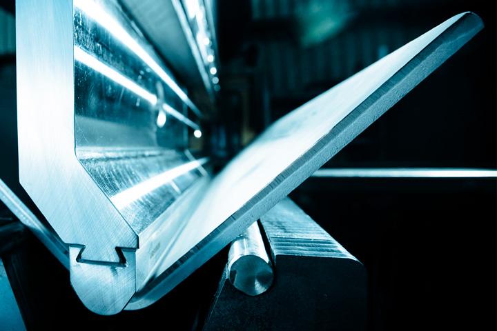 En maskin bockar Strenx-stål.