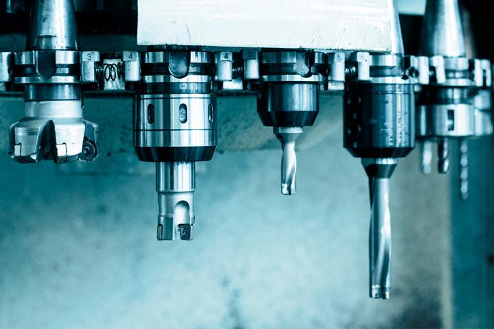 CNC stroj s několika vrtáky k obrábění oceli Strenx.