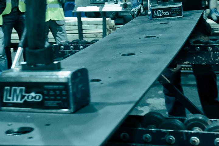 Movimentazione di un pezzo di acciaio strutturale Strenx prima di posizionarlo in una macchina da taglio.
