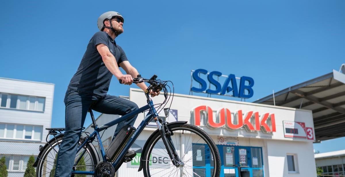 zdjęcie rowerzysty w kasku